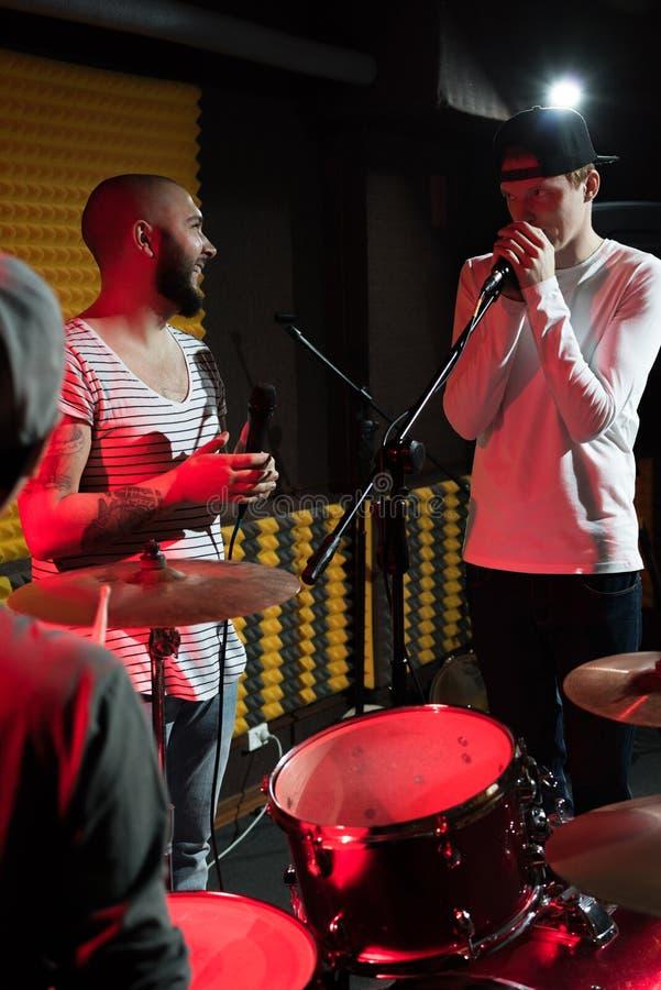 Bande de musique chantant dans le studio photos stock