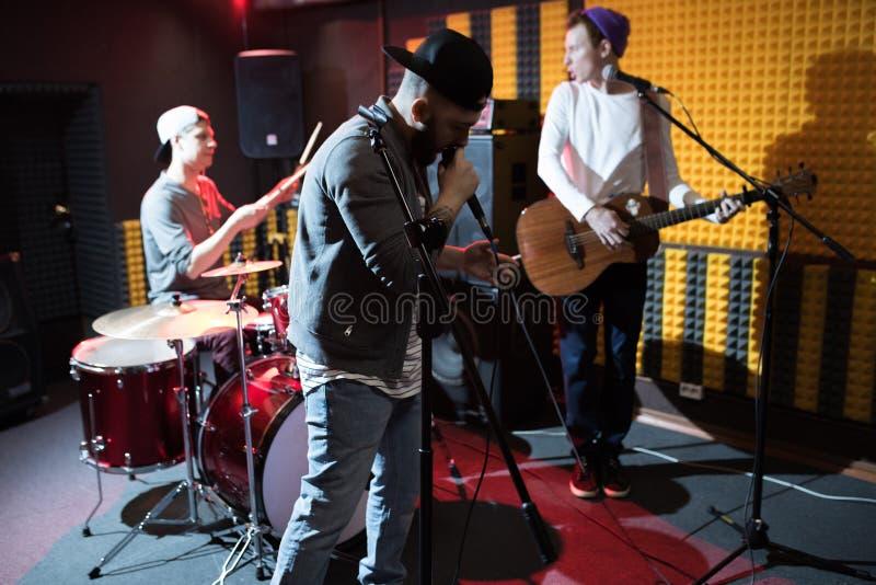 Bande de musique dans le studio image stock