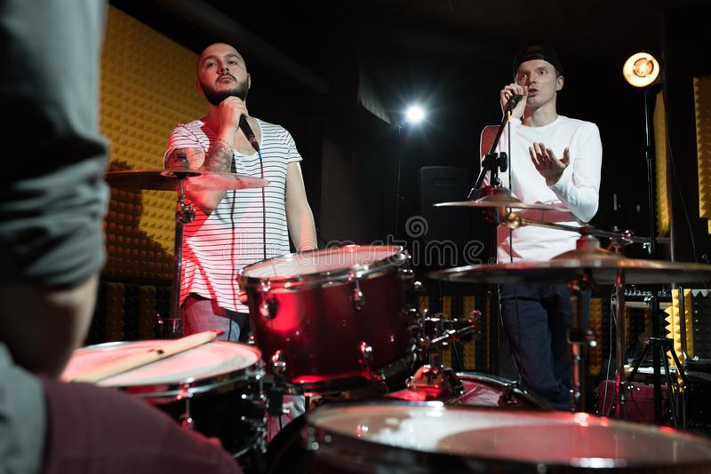 Bande de musique préparant dans le studio image libre de droits