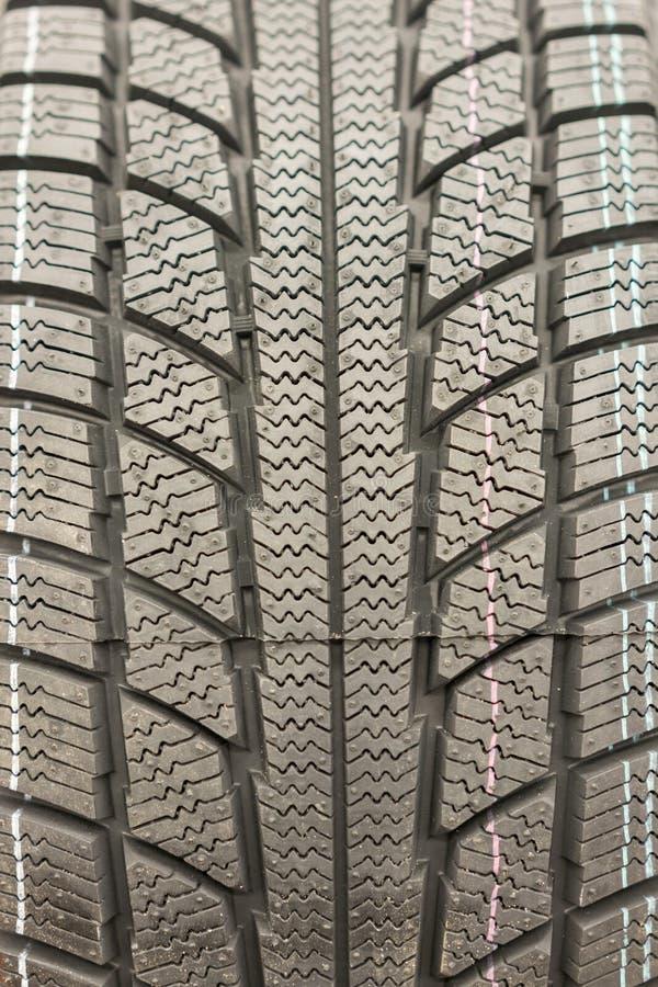 Bande de roulement en gros plan de pneu d'hiver Bande de roulement texturis?e de pneu Une partie pneu de voiture moderne de tout  image stock
