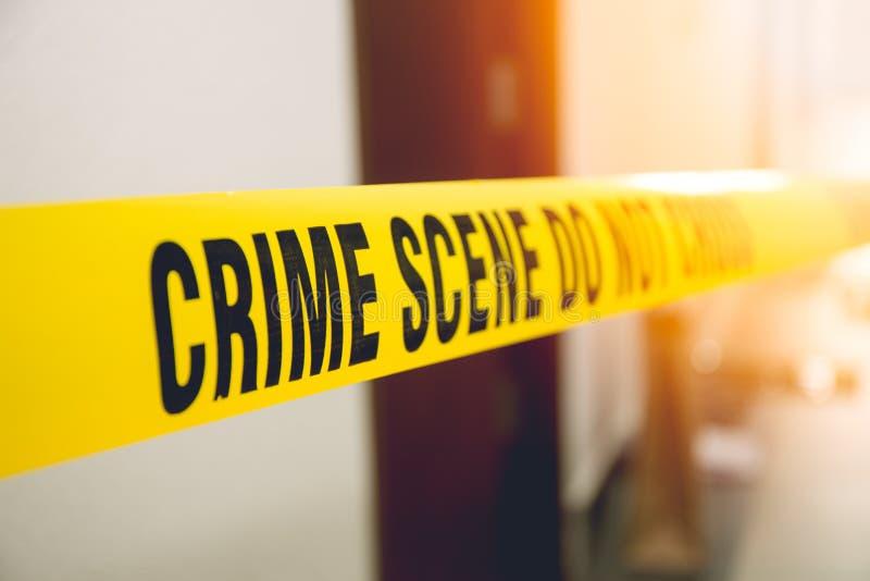Bande de scène du crime dans la porte de chambre avant avec la fusée images stock