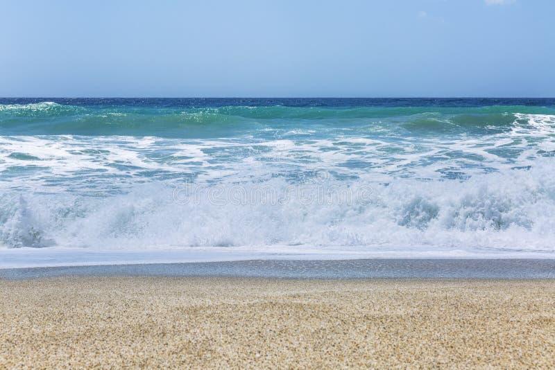 Bande de turquoise de la mer avec des vagues sur une plage sablonneuse Ciel bleu clair Fond Bel horizontal tranquille photos stock