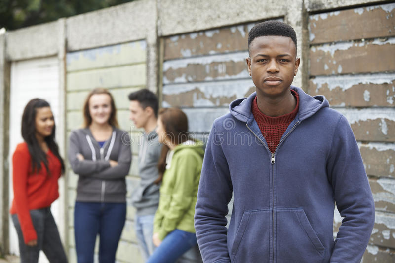 Bande des adolescents traînant dans le milieu urbain image libre de droits