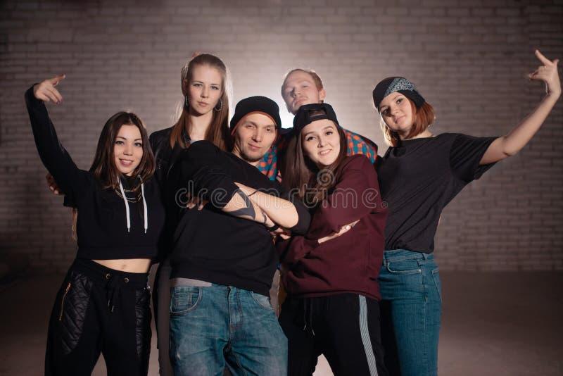 Bande des jeunesses posant à l'appareil-photo sur la rue photographie stock