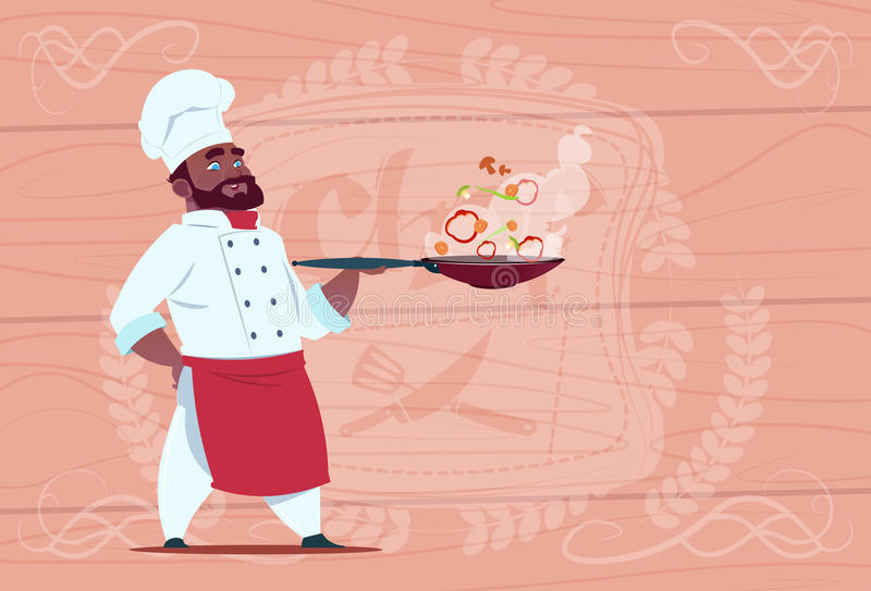 Bande dessinée de Holding Frying Pan With Hot Food Smiling de cuisinier de chef d'afro-américain dans l'uniforme blanc de restaur illustration libre de droits