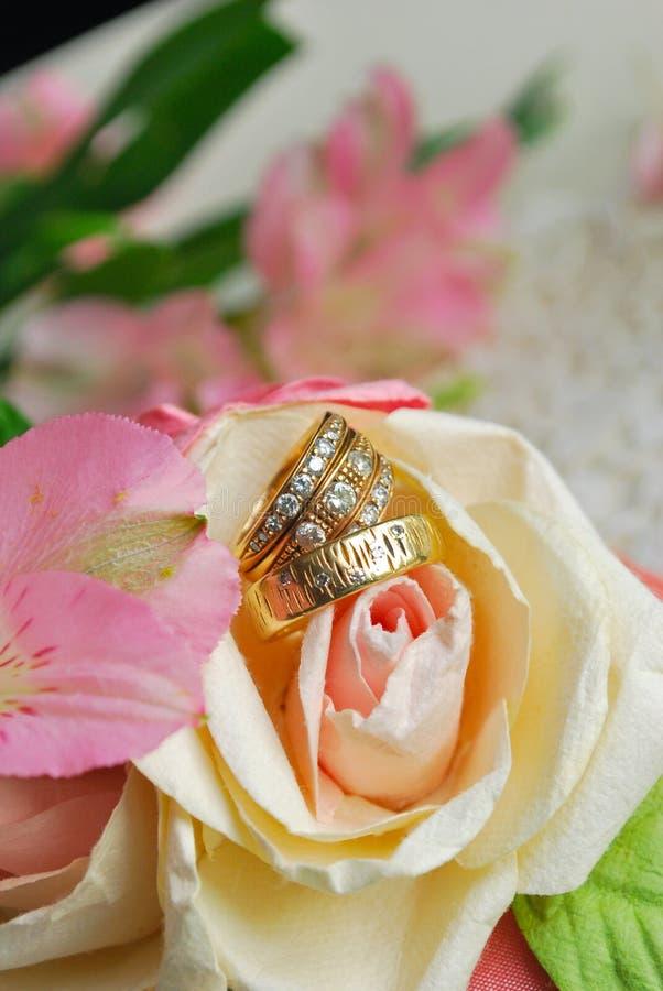 Bande di nozze dell'oro con Diomonds immagini stock