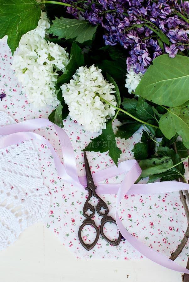 Bande et ciseaux lilas de branche image stock