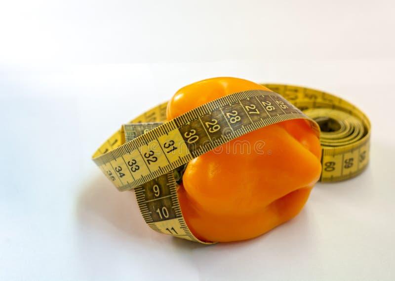 Bande et poivre de mesure sur un fond blanc Forme physique photographie stock libre de droits