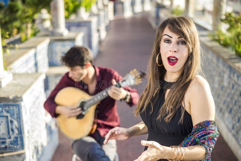 Bande exécutant le fado traditionnel de musique sous la pergola avec des azulejos à Lisbonne, Portugal photos libres de droits