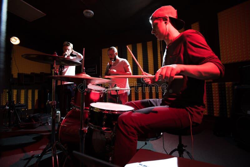 Bande jouant la musique dans le studio d'enregistrement photographie stock libre de droits
