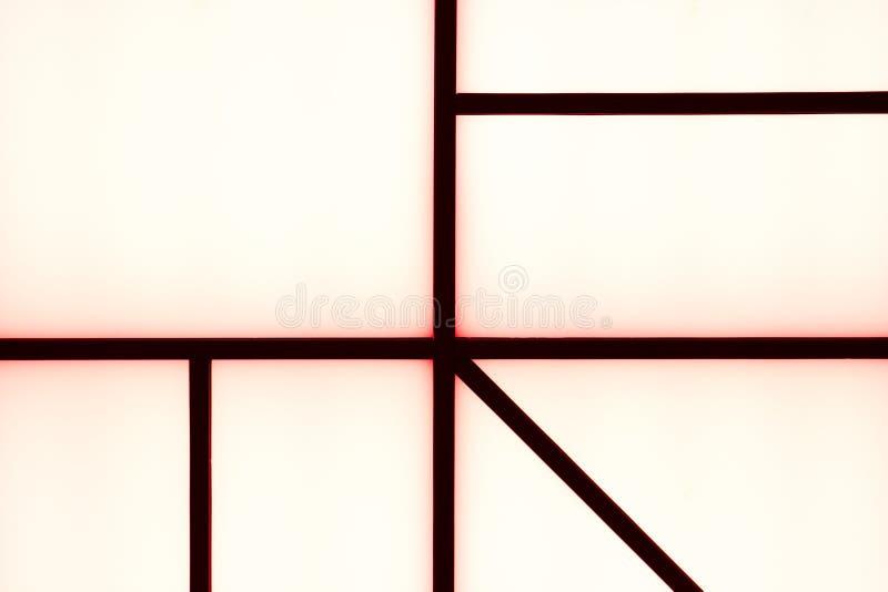 Bande nere geometriche astratte con incandescenza rossa su un bianco luminoso immagini stock