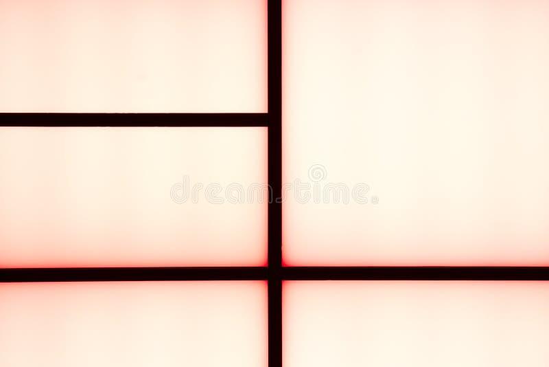 Bande nere geometriche astratte con incandescenza rossa su un bianco luminoso fotografia stock libera da diritti