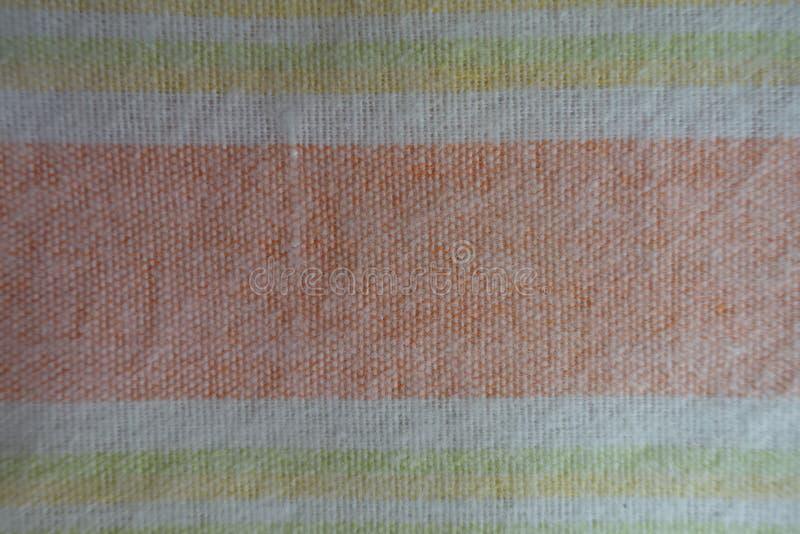Bande orizzontali arancio, gialle e verdi su tessuto bianco immagini stock