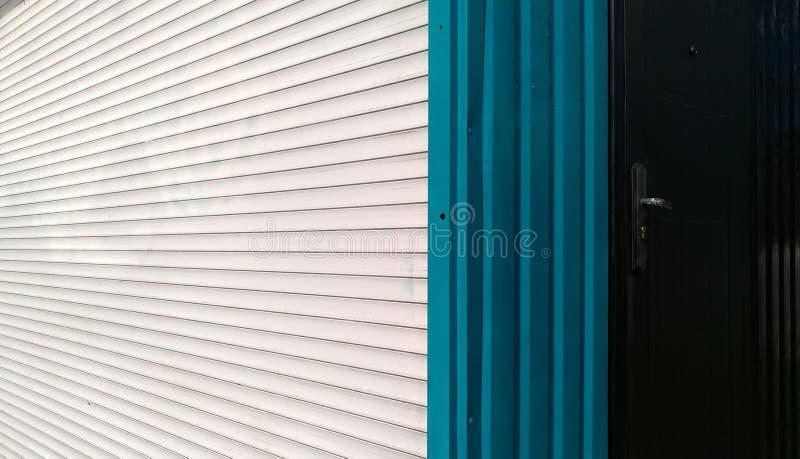 Bande verticali bianche e blu orizzontali dei ciechi del metallo immagine stock libera da diritti