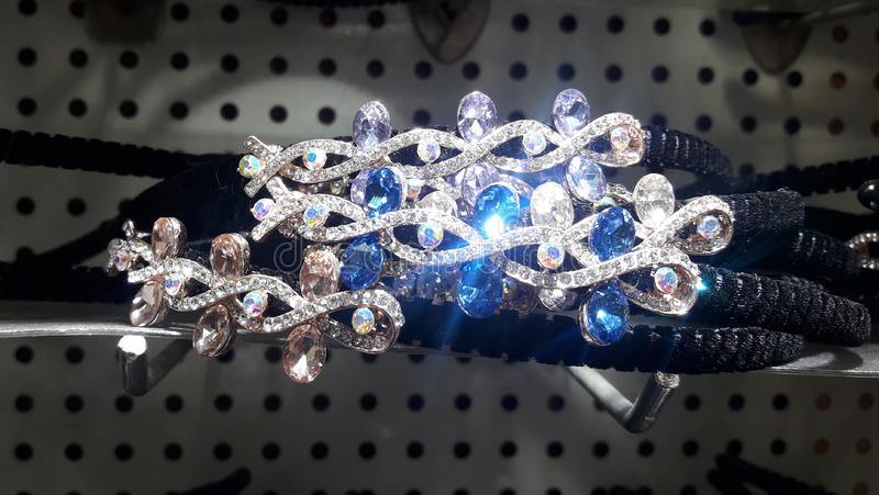 Bandeau en cristal argenté de luxe de couronnes Bandeau de perle de fausse pierre photographie stock libre de droits