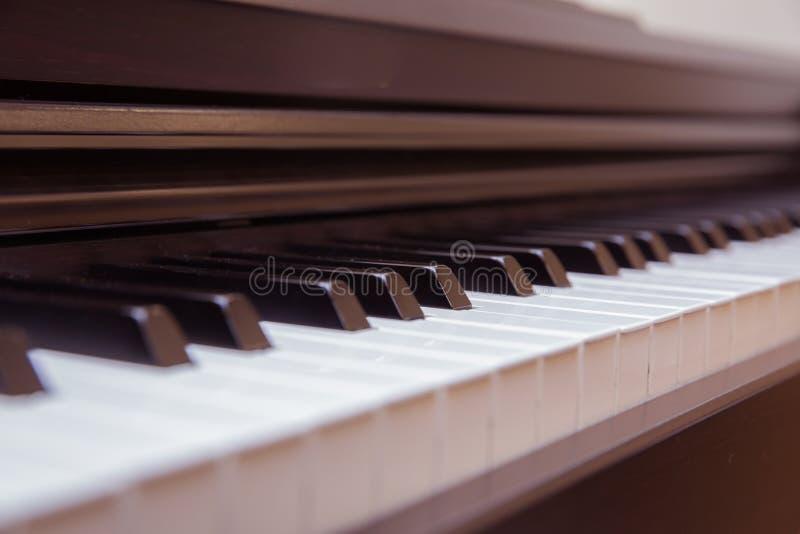 Bandeau ?troit Le piano a été installé dans la salle de musique de permettre au pianiste de préparer avant la représentation clas photo libre de droits