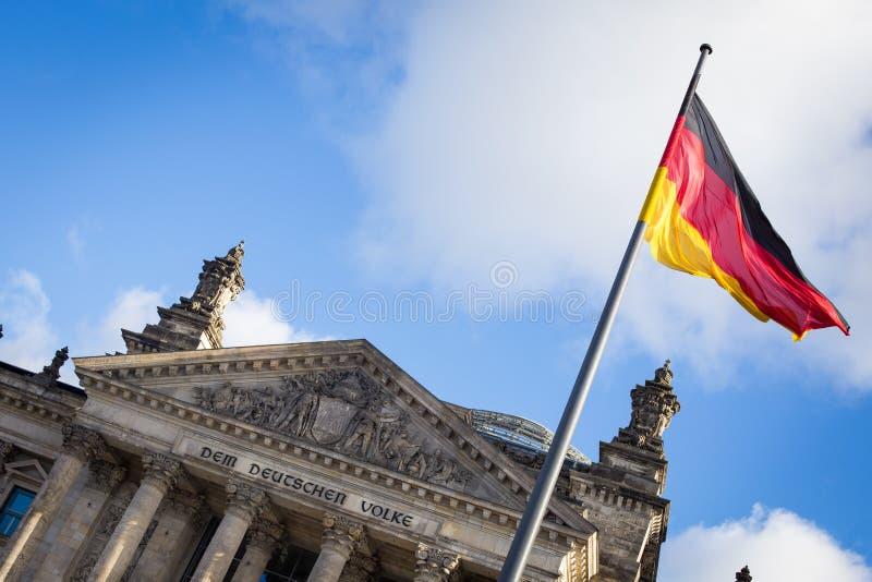 Bandeira alemão na construção de Reichstag fotografia de stock royalty free