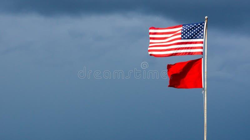 Bandeira alta do perigo em um cais da praia fotografia de stock royalty free