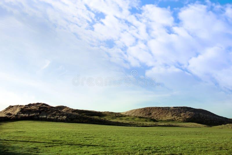 Bandeira amarela em um campo de golfe das ligações em ireland imagem de stock