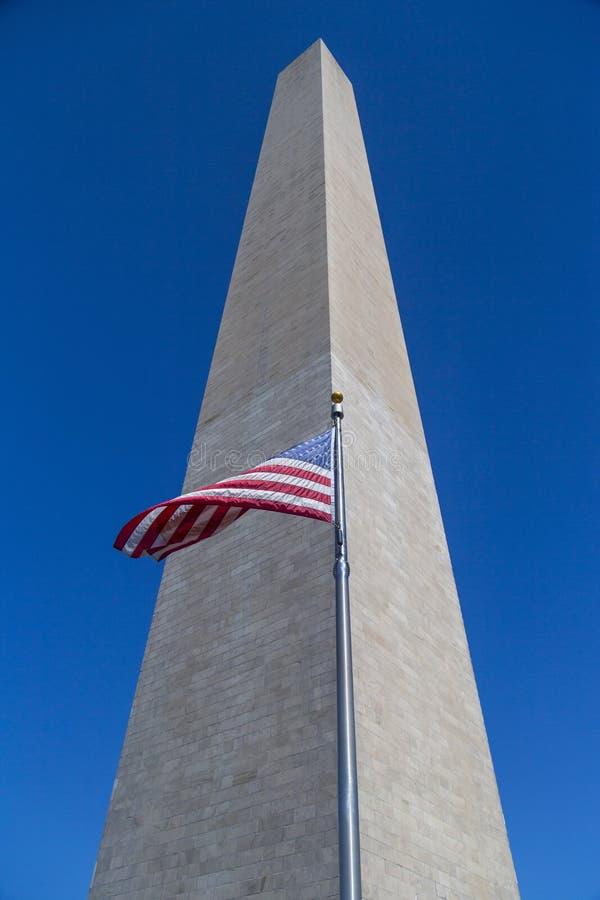 A bandeira americana acena com Washington Monument foto de stock