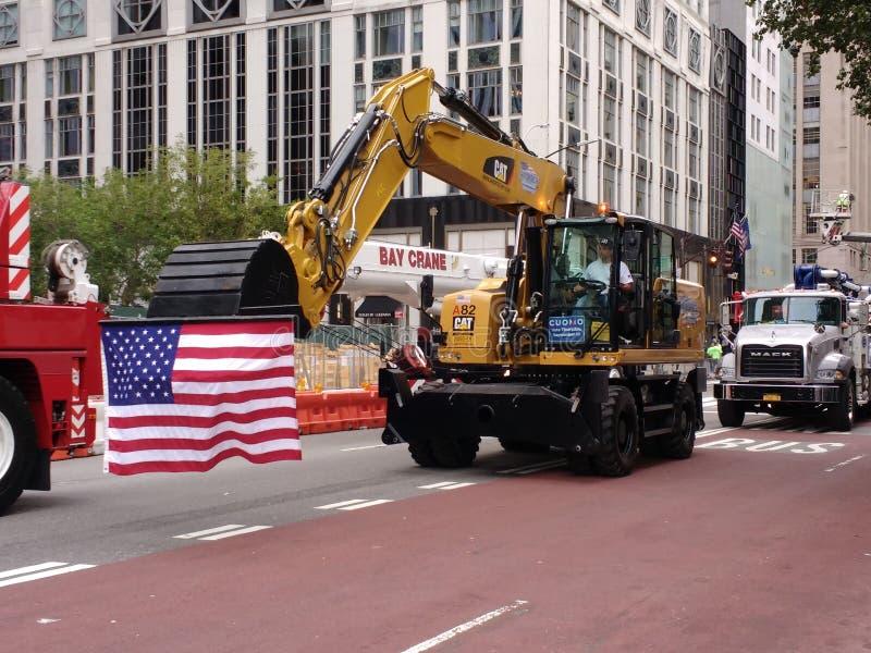 Bandeira americana, Backhoe, equipamento de construção, parada do Dia do Trabalhador de New York City, NYC, NY, EUA foto de stock