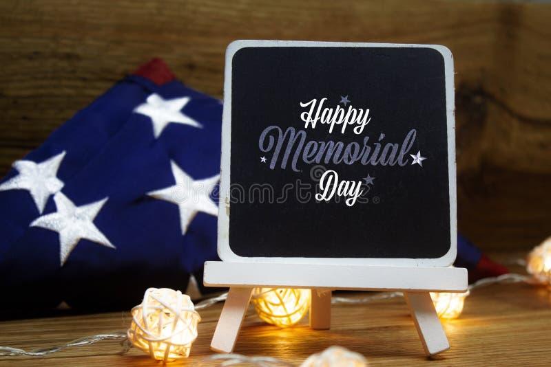 Bandeira americana com a fest?o da placa de giz em um fundo de madeira para Memorial Day e outros feriados do Estados Unidos fotos de stock royalty free