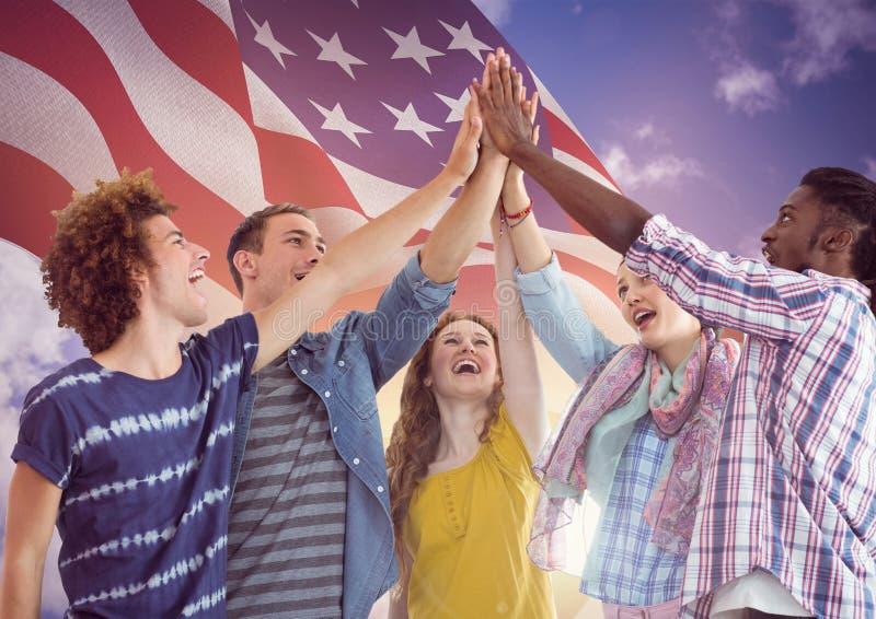 Bandeira americana com mãos altas dos jovens cinco junto ilustração do vetor