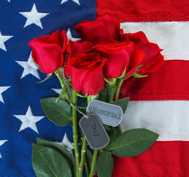 Bandeira americana com rosas e as etiquetas de cão militares fotos de stock royalty free