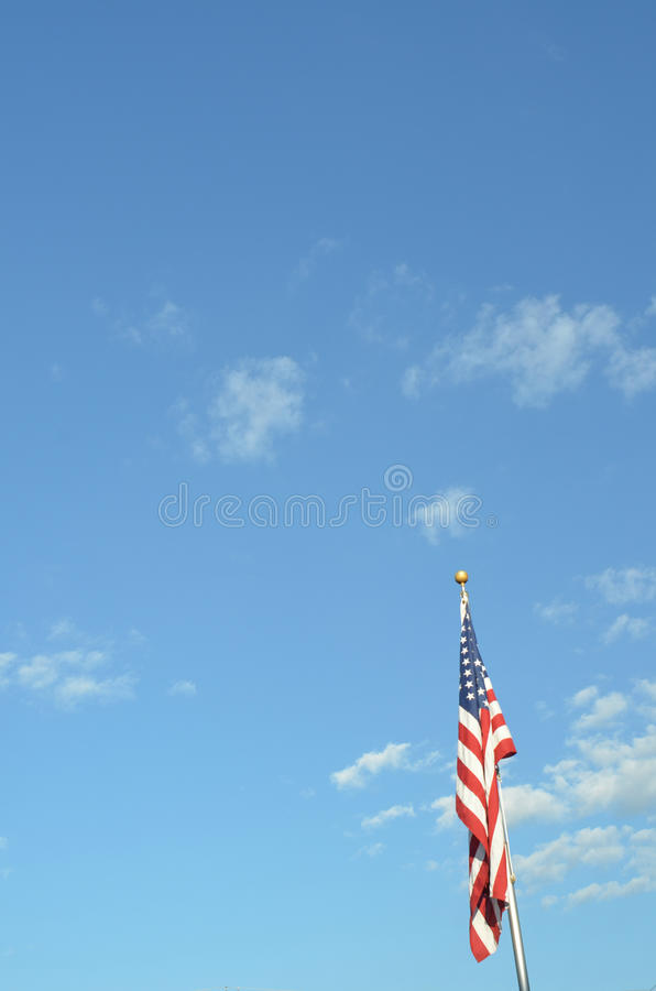 Bandeira americana de céu azul no vertical do polo fotografia de stock