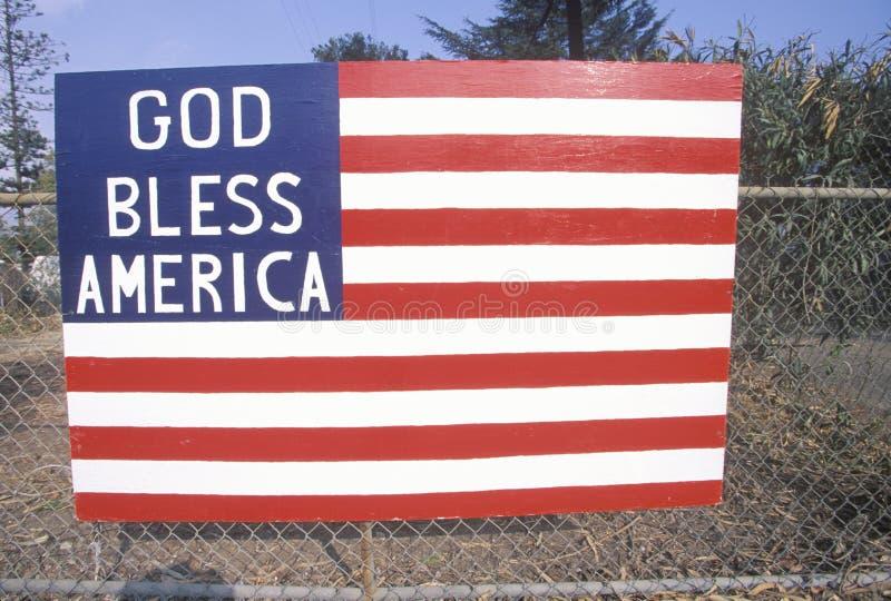 Bandeira americana de madeira na cerca do elo de corrente, Santa Paula, Califórnia fotografia de stock