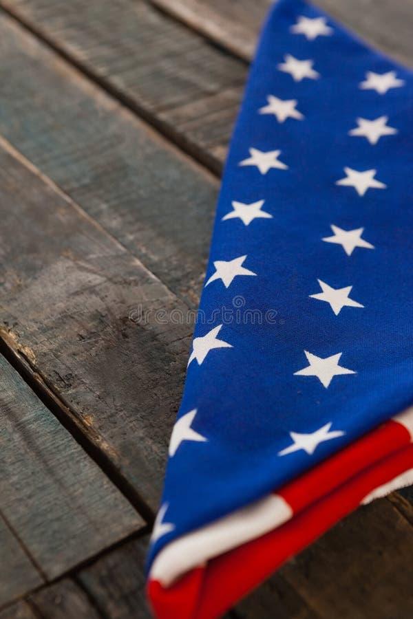 Bandeira americana dobrada na tabela de madeira fotos de stock royalty free