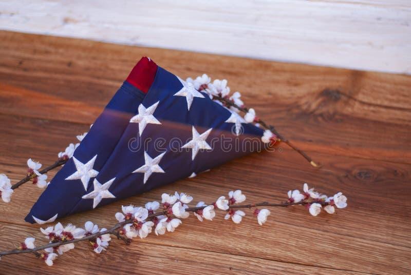 Bandeira americana em um fundo de madeira para Memorial Day e outros feriados do Estados Unidos da América imagem de stock