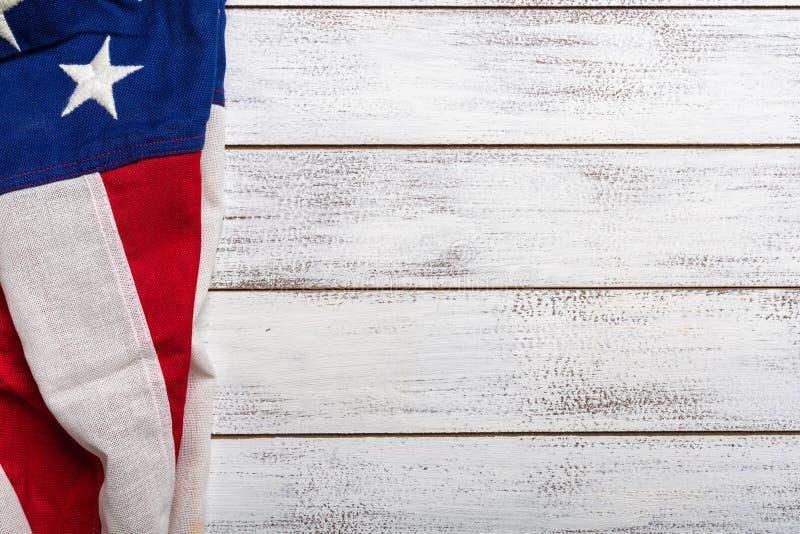 Bandeira americana em um fundo de madeira vestido branco com espaço da cópia fotos de stock royalty free