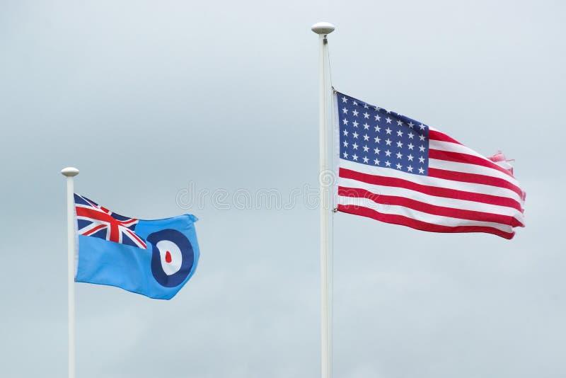 A bandeira americana funde de lado a lado com Royal Air Force fl fotografia de stock royalty free