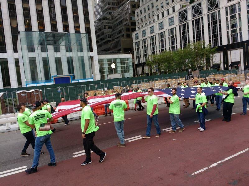 Bandeira americana levada pelos trabalhadores de união durante a parada do Dia do Trabalhador de New York City, NYC, NY, EUA fotografia de stock royalty free