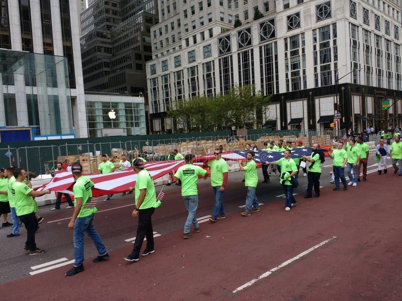 Bandeira americana levada pelos trabalhadores de união durante a parada do Dia do Trabalhador de New York City, NYC, NY, EUA imagens de stock royalty free