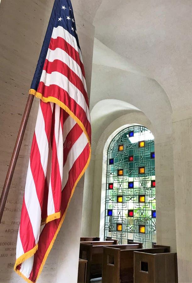 Bandeira americana na entrada da capela no cemit?rio de Punchbowl em Honolulu, Hava? imagem de stock