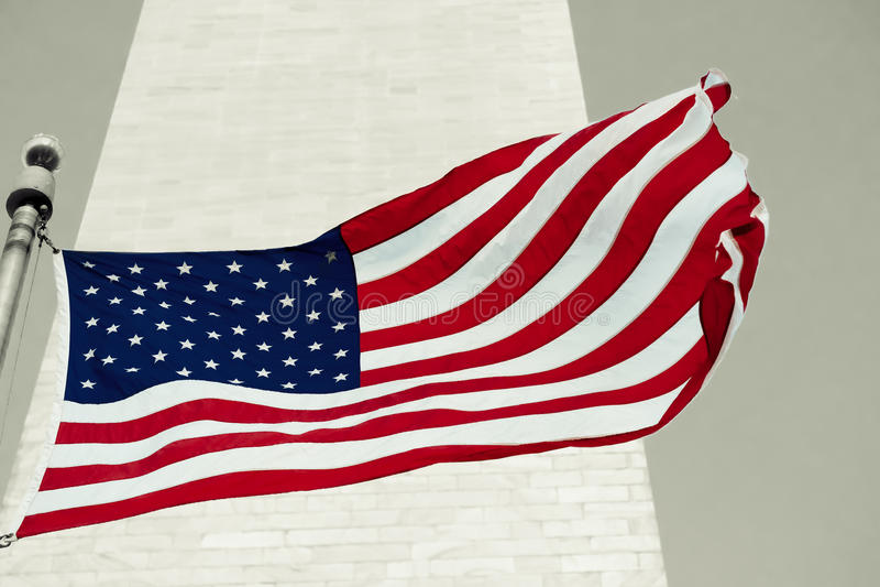 Bandeira americana na frente do monumento de Washingtom em Washington imagem de stock royalty free