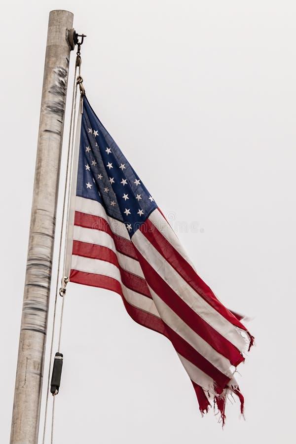 Bandeira americana na vergonhoso-condição, esfarrapado, rasgada, imagem de stock royalty free