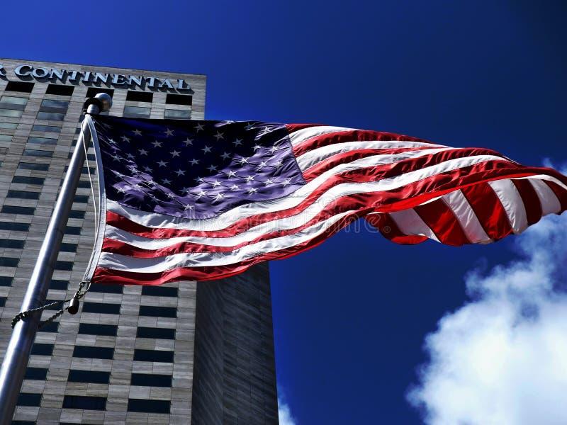Bandeira americana que acena dranatically no vento foto de stock