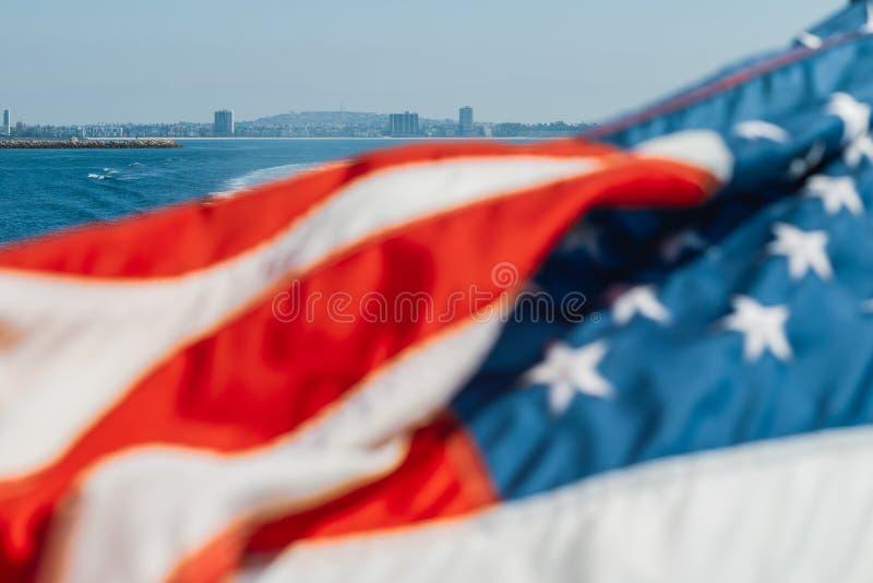 Bandeira americana que acena sobre o oceano imagem de stock royalty free