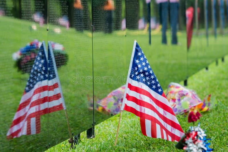 A bandeira americana senta-se ao lado do memorial de Vietname com reflexão fotos de stock