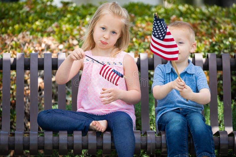 Bandeira americana triste Siz de Comparing Each Others da irmã e do irmão foto de stock royalty free
