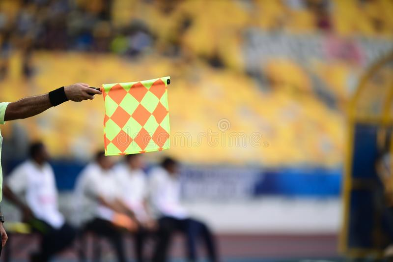 Bandeira assistente da posse do árbitro, sinal impedido foto de stock