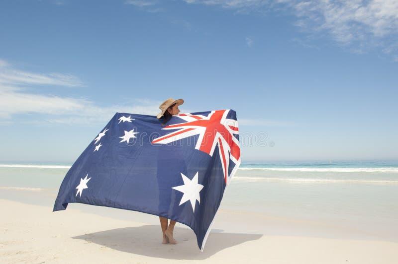Bandeira australiana da mulher atrativa na praia do oceano foto de stock royalty free