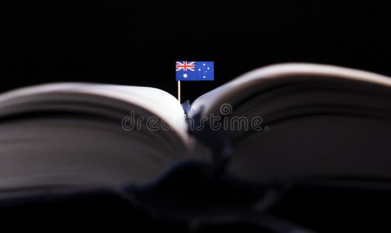 Bandeira australiana no meio do livro imagens de stock