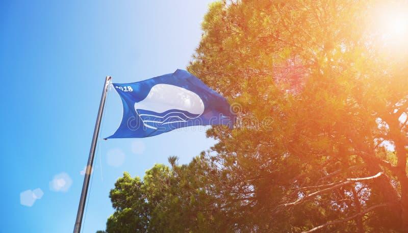 Bandeira azul sobre a praia a mais limpa no mundo A paisagem sazonal da Cro?cia convida ? caminhada, estilo de vida de acampament fotos de stock