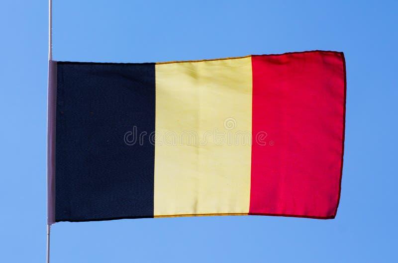 Bandeira belga no vento contra o céu fotografia de stock royalty free