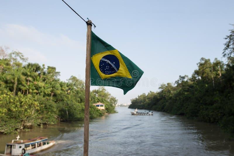 Bandeira brasileira em um barco em amazon fotos de stock
