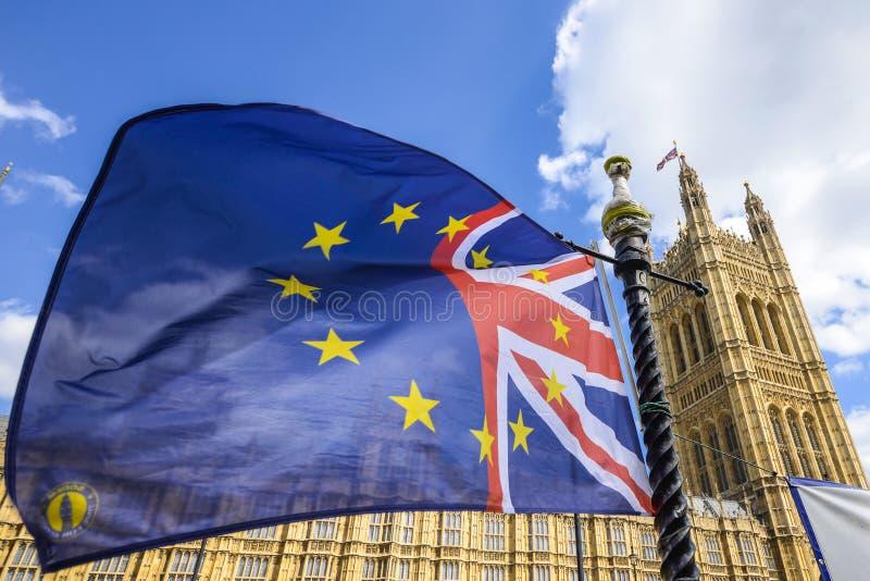 Bandeira britânica da UE fora do palácio de Westminster, casas do parlamento, Londres, Reino Unido foto de stock royalty free